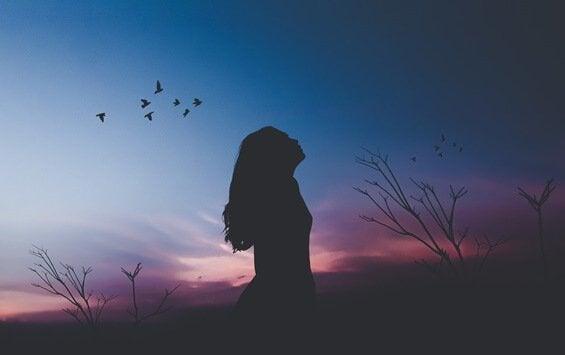 Mulher após o pôr do sol
