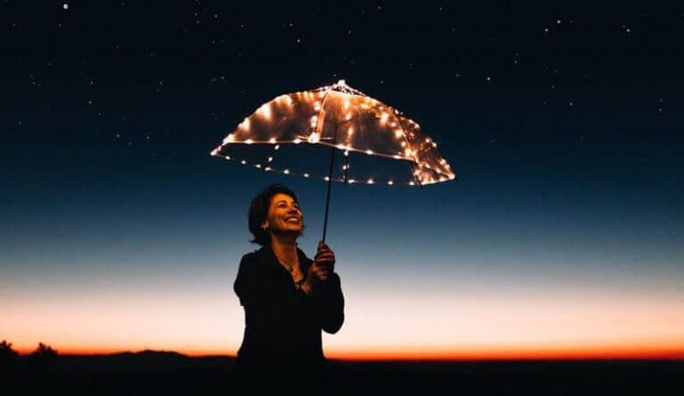 Mulher com guarda-chuva iluminado