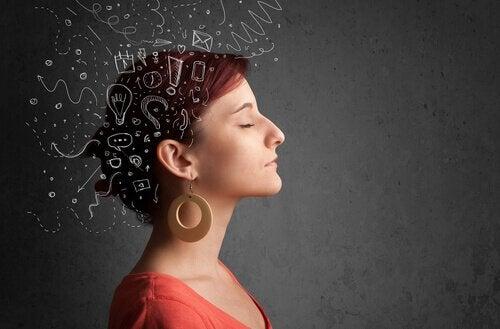 Mulher dominando seus pensamentos