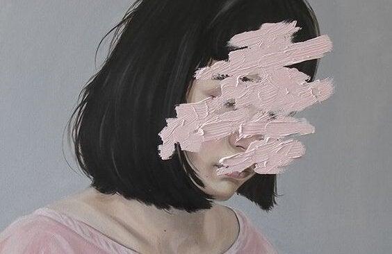 Mulher com o rosto riscado