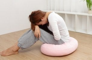 Mulher com síndrome pré-menstrual