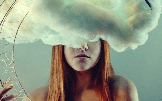 Mulher com uma nuvem na cabeça