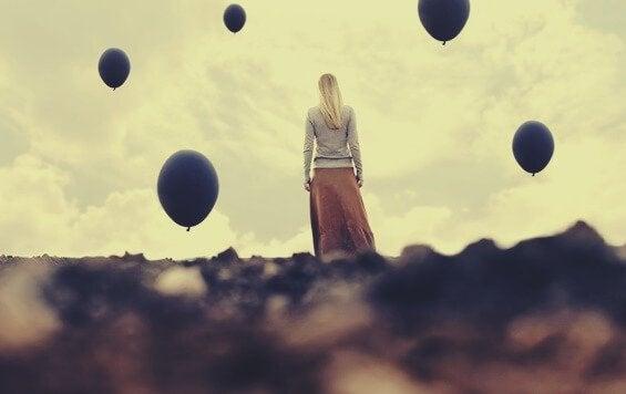 Mulher com balões pretos ao redor