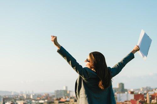 Mulher feliz por conquistas profissionais