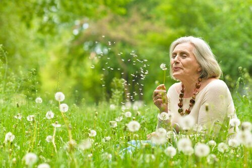 Mulher idosa no campo