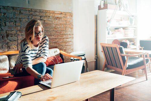 Mulher trabalhando em café