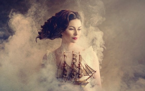 Mulher segurando barco