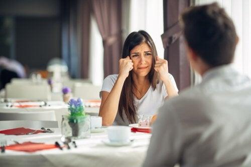 Casal discutindo na mesa