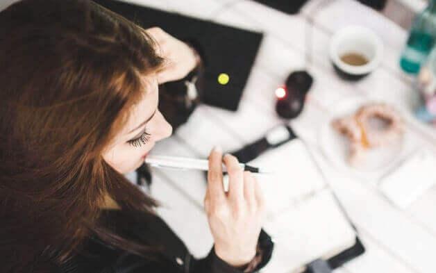 Mulher organizando agenda no trabalho