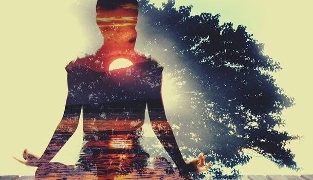 Silhueta de mulher fazendo meditação