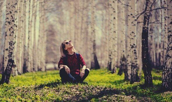 Mulher apreciando natureza na floresta