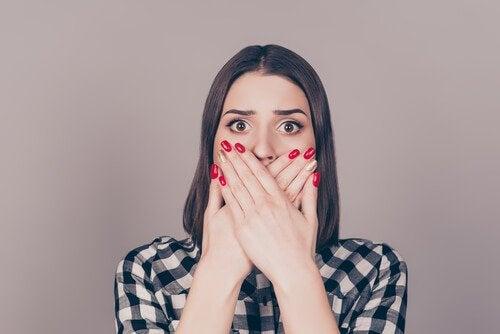 Mulher cobrindo sua boca