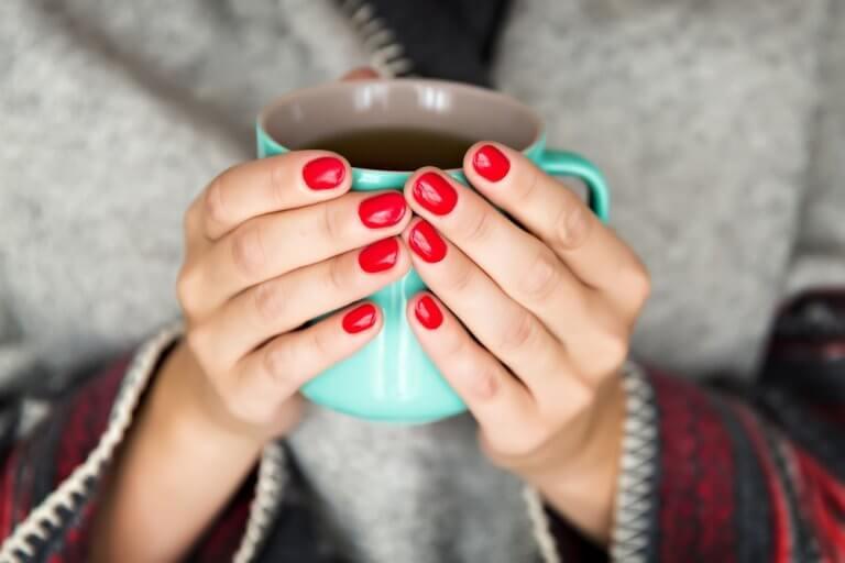 Mulher tomando xícara de chá