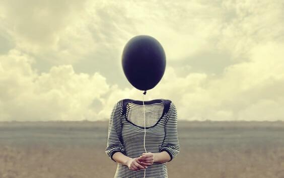 Mulher com balão no lugar da cabeça