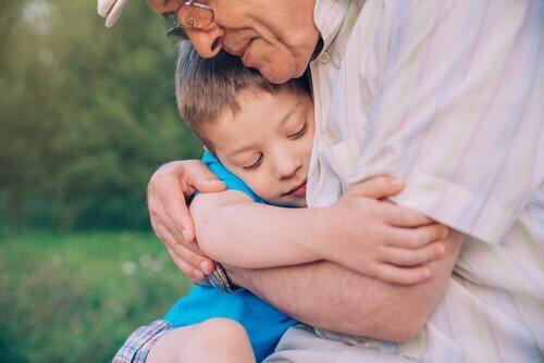Avô abraçando seu neto