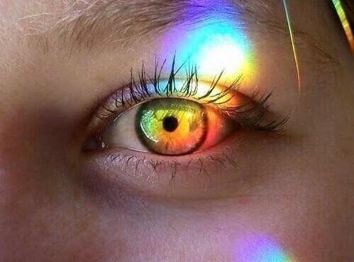 Feixe de luz colorido diante de olho