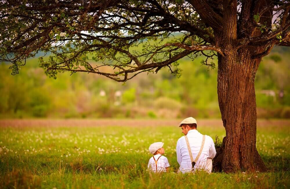 Pai com seu filho no campo