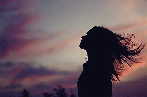 Mulher com os cabelos voando