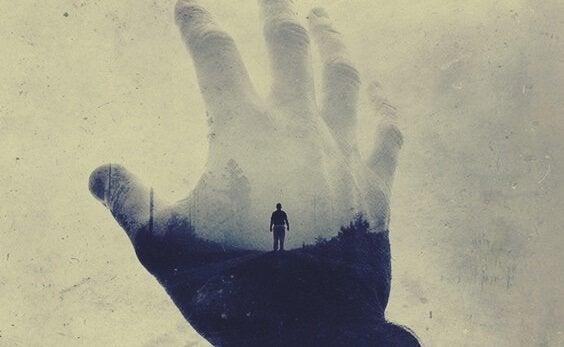 Imagem de homem encoberto por mão