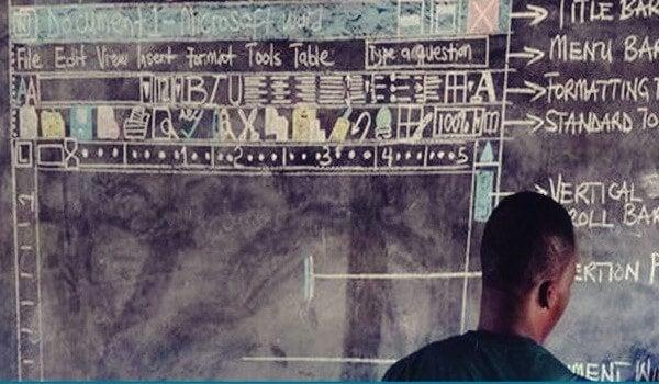 Professor de Gana ensinando computação
