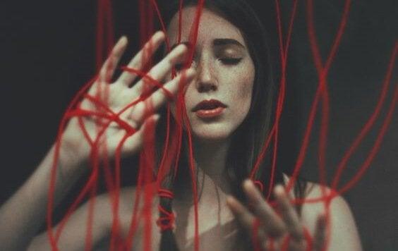Mulher com fios vermelhos