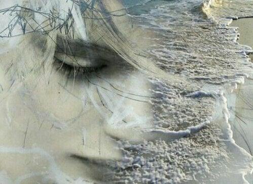Imagem de mulher misturada com as ondas do mar