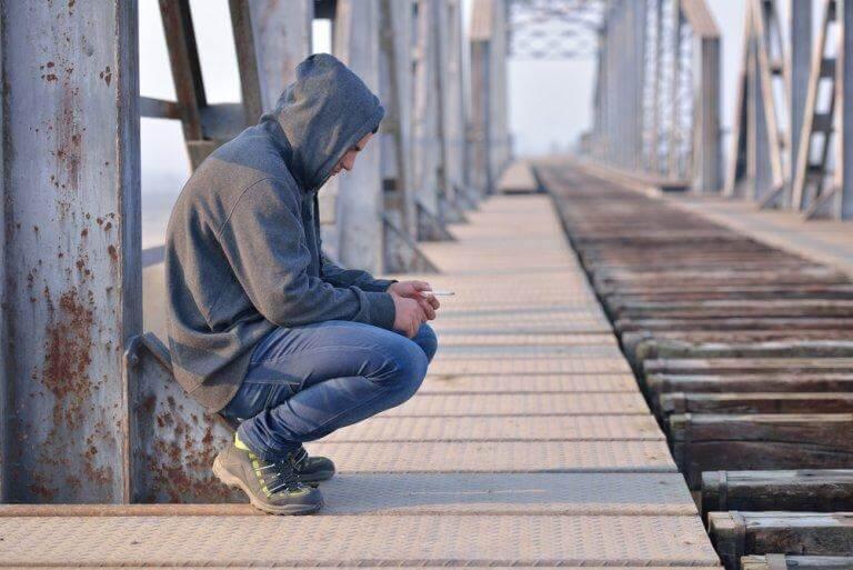 Homem desolado em ponte