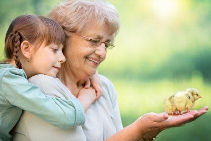 Neta abraçada com a avó
