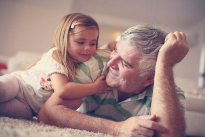 Neta com seu avô