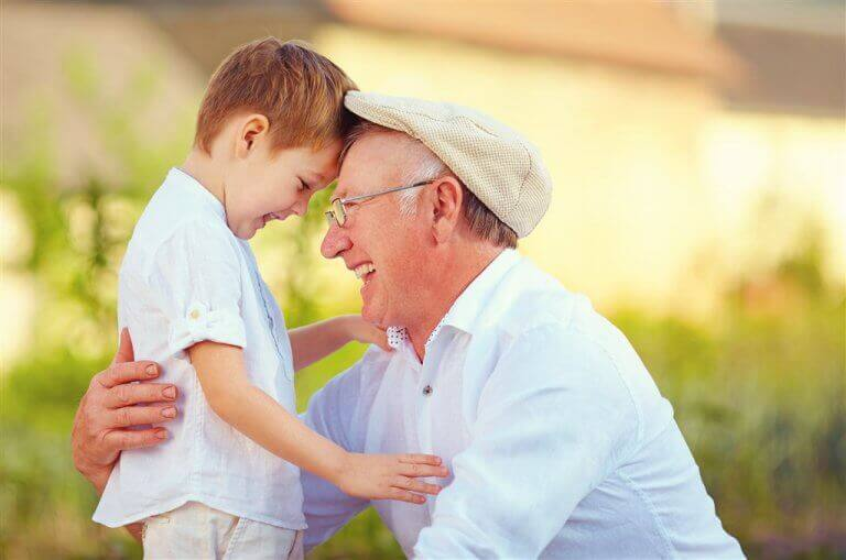 Avô com seu neto