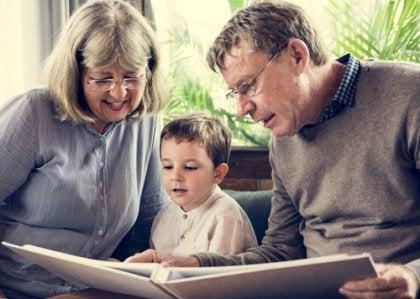Avós lendo livro com o neto