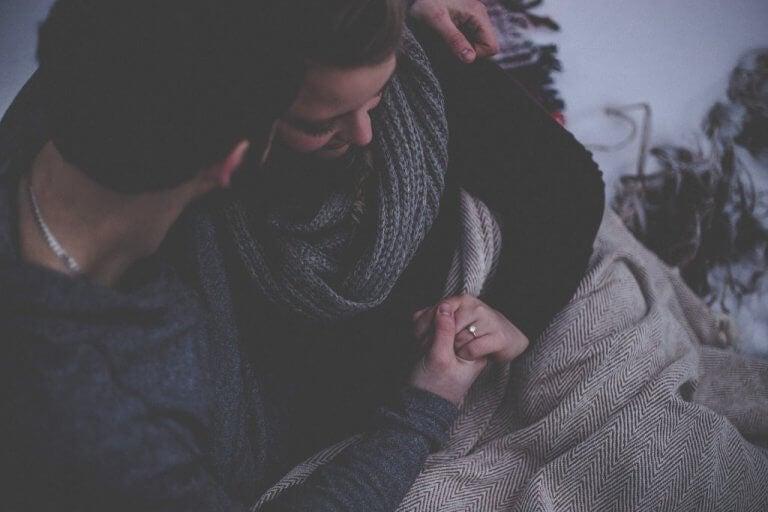 Casal abraçado no frio