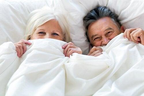 Casal idoso na cama
