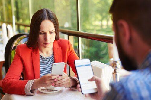 Pessoas usando celular na mesa