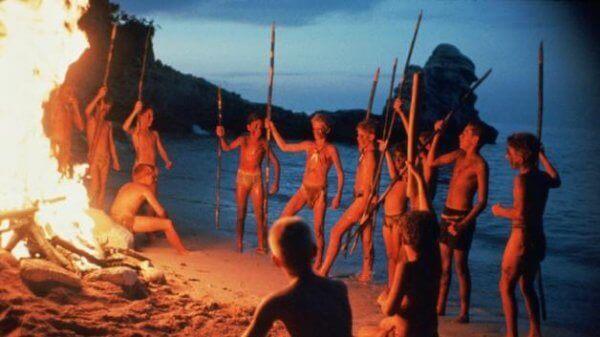 Índios ao redor de fogueira