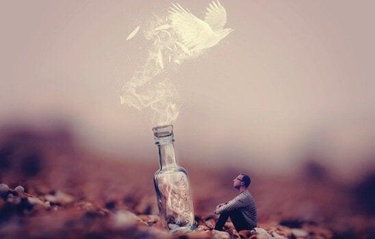 Pomba voando de frasco
