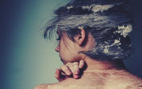 Mulher com ondas do mar no cabelo