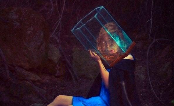 Mulher com prisma na cabeça