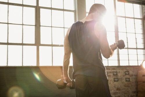 Homem fazendo academia