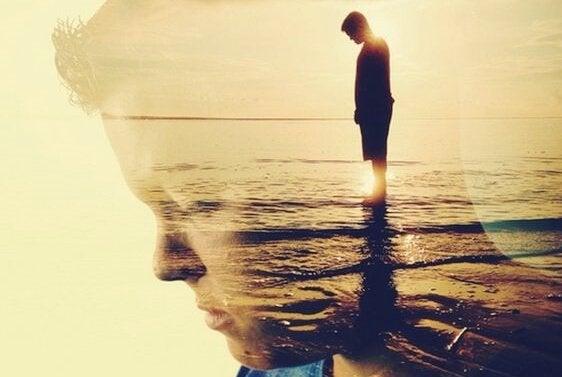 Homem reflexivo no mar