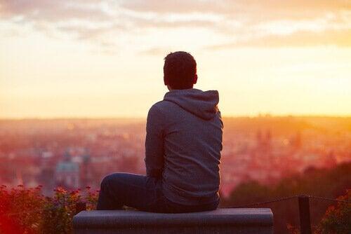 Homem introvertido observando paisagem