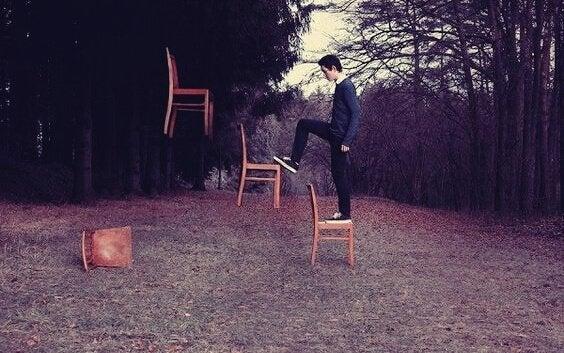 Homem subindo em cadeiras flutuantes