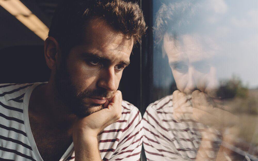 Homem com olhar desanimado