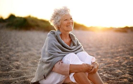 Senhora sentada na praia