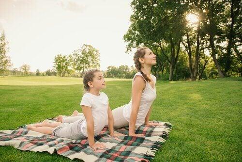 Praticar ioga com as crianças