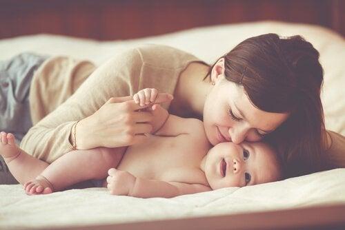 Mãe na cama com seu bebê
