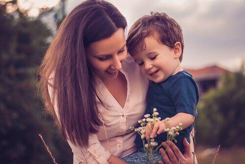 Mãe mostrando flores para o filho