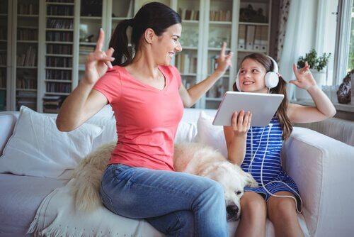 Mãe se divertindo com sua filha