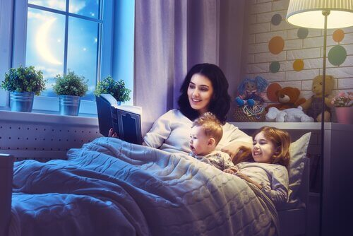 Mãe lendo para os filhos