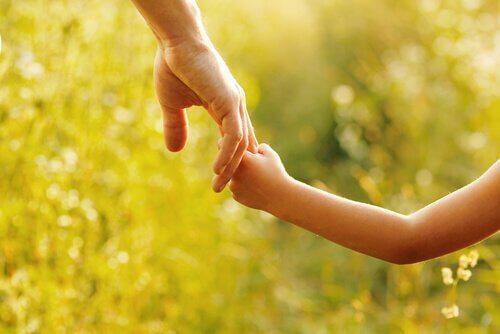 Mãe e filha dando as mãos